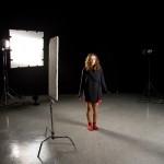 Mareike auf dem Set in Wolljacke